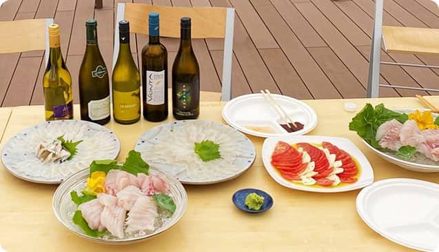 とみおかワインとお刺身やカプレーゼなどの料理写真